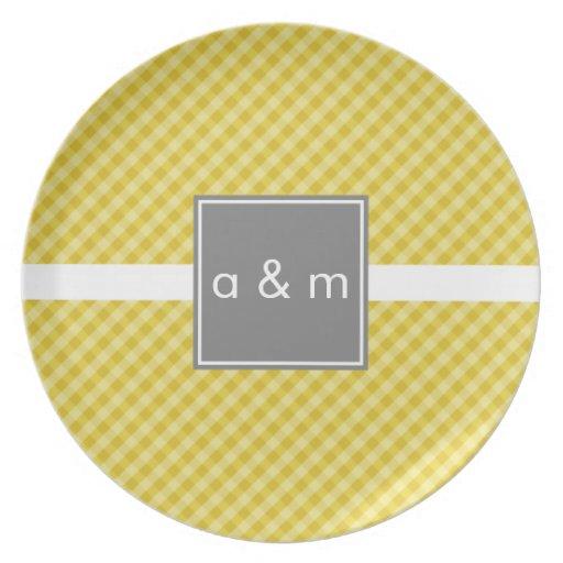 Oro clásico de la guinga con la placa gris de la m plato de comida