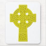 Oro de la cruz céltica tapete de ratones