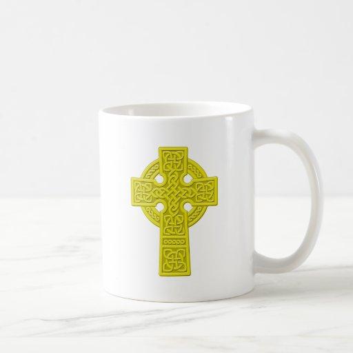 Oro de la cruz céltica taza clásica