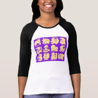 oro de los animales del zodiaco en la camisa púrpu
