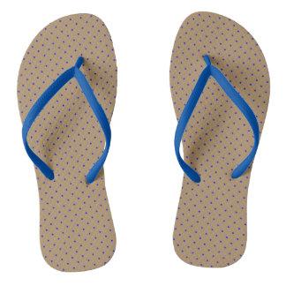 Oro de los flips-flopes con los puntos del azul