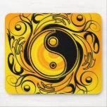 Oro del símbolo de Yin y de Yang Alfombrilla De Ratón
