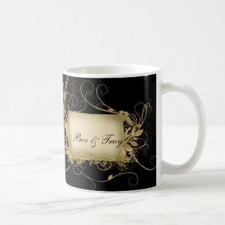 Oro elegante y diseño negro del remolino - taza