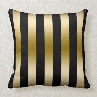 Oro elegante y modelo geométrico de las rayas almohada