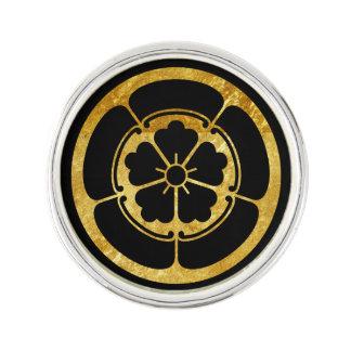 Oro japonés del clan del samurai del Oda lunes en Insignia