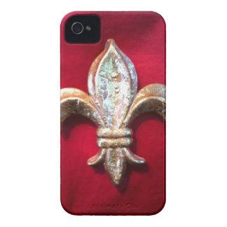 Oro metálico de la flor de lis y caja roja de la Case-Mate iPhone 4 funda