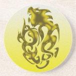 Oro torcido del dragón posavasos diseño