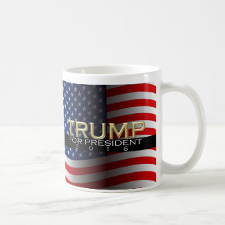 Oro w/Flag Donald Trump para el presidente 2016 Taza Básica Blanca