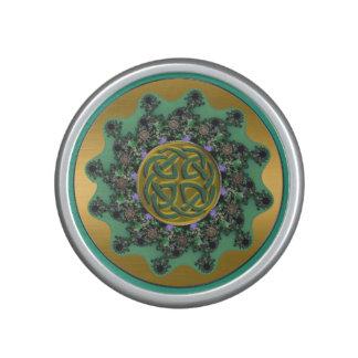 Oro y altavoz céltico de la mandala del nudo del