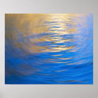Oro y azul reflectores suavemente ondulados del póster