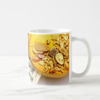 Oro y efectivo taza de café