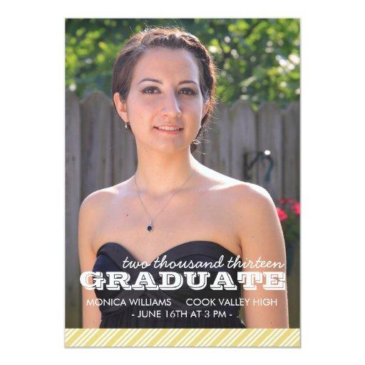 Oro y invitación rayada blanca de la graduación