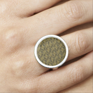 Oro y modelo de nudos espiral céltico del negro anillo