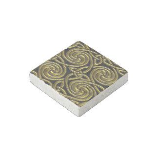 Oro y modelo de nudos espiral céltico del negro imán de piedra