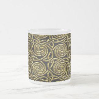 Oro y modelo de nudos espiral céltico del negro taza de café