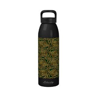 Oro y modelo de nudos espiral céltico del verde botella de agua