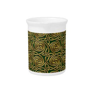 Oro y modelo de nudos espiral céltico del verde jarra de beber