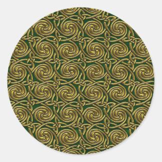 Oro y modelo de nudos espiral céltico del verde pegatina redonda