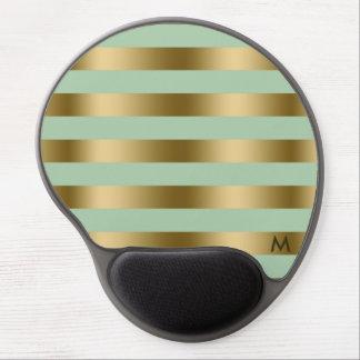 Oro y modelo geométrico de las rayas de la verde alfombrilla con gel