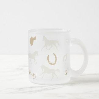 Oro y modelo inglés de marfil de los caballos taza cristal mate