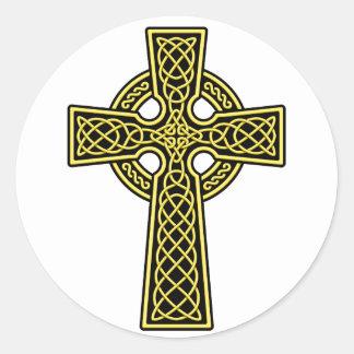Oro y negro de la cruz céltica pegatina redonda