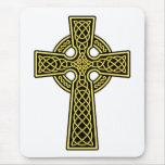 Oro y negro de la cruz céltica alfombrillas de raton