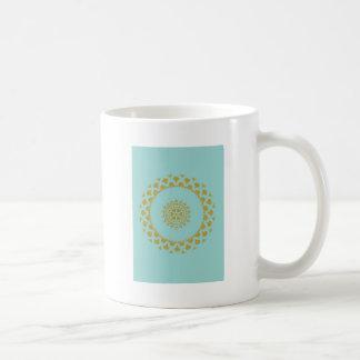 Oro y papel de embalaje azul taza