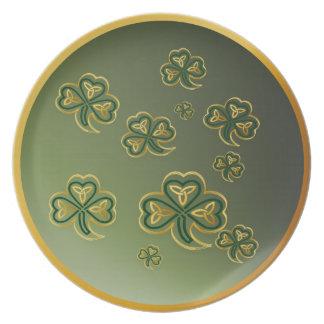 Oro y placas verdes de los tréboles plato de cena