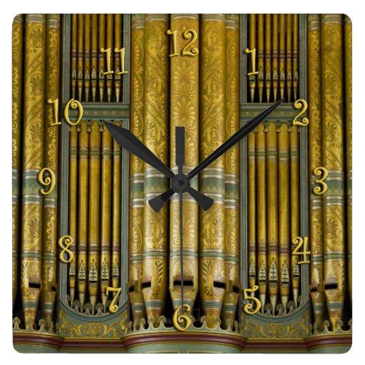 Oro y reloj verde de los tubos de órgano