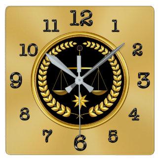 Oro y relojes negros del abogado