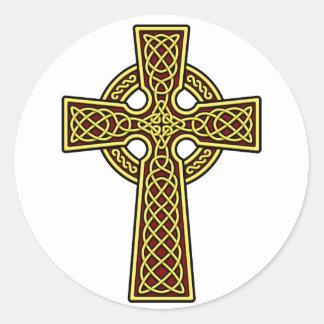 Oro y rojo de la cruz céltica pegatina redonda