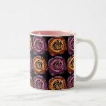 Oro y rosas metálicos púrpuras taza