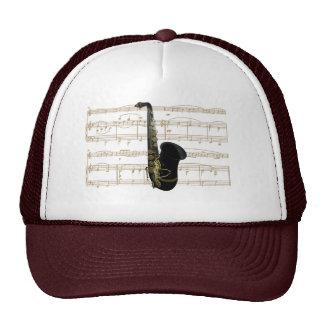 Oro y saxofón negro en partitura en el gorra