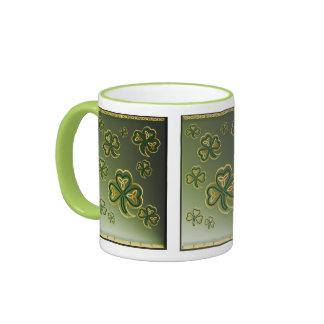 Oro y tazas verdes de los tréboles