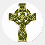 Oro y verde de la cruz céltica etiquetas redondas