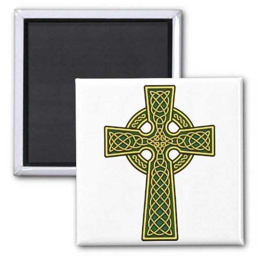 Oro y verde de la cruz céltica imán