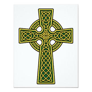 """Oro y verde de la cruz céltica invitación 4.25"""" x 5.5"""""""