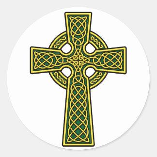 Oro y verde de la cruz céltica pegatina redonda