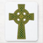 Oro y verde de la cruz céltica tapete de ratones