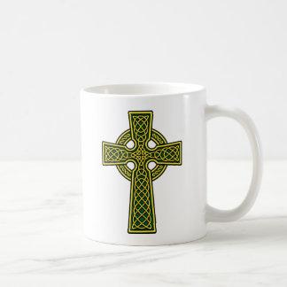 Oro y verde de la cruz céltica taza básica blanca