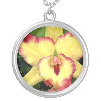 Orquídea amarilla de Cattleya con el volante rojo Colgante Redondo