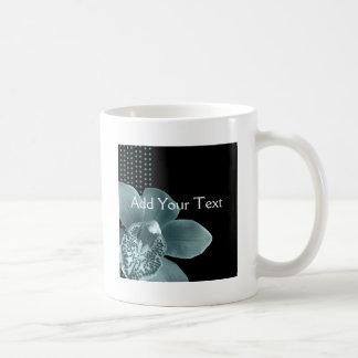 Orquídea azul en negro taza