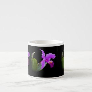 Orquídea en la taza adaptable negra de la especial