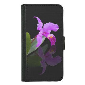 Orquídea reflejada en floral negro