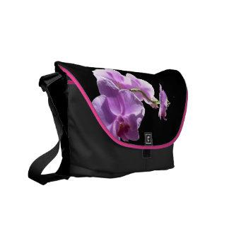 Orquídea rosada del © P Wherrell en fondo negro Bolsa Messenger