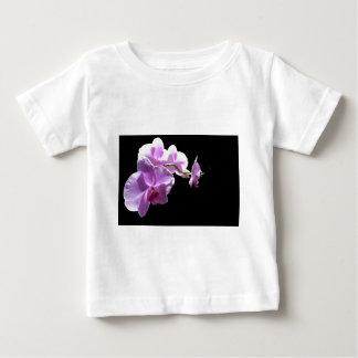 Orquídea rosada del © P Wherrell en fondo negro Playera