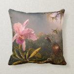 Orquídea rosada y almohada de tres colibríes