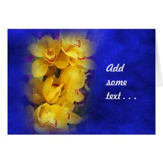 Orquídeas amarillas hermosas en fondo azul tarjeta de felicitación