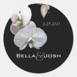 Orquídeas blancas que casan a los pegatinas etiqueta redonda