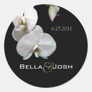 Orquídeas blancas que casan a los pegatinas pegatina redonda